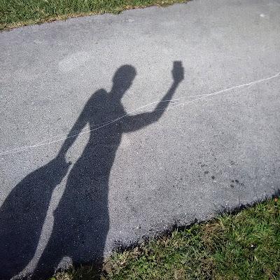 Foto, Selfie para Instagram de Sir Helder Amos jugando con la sombra y luz en forma artistica