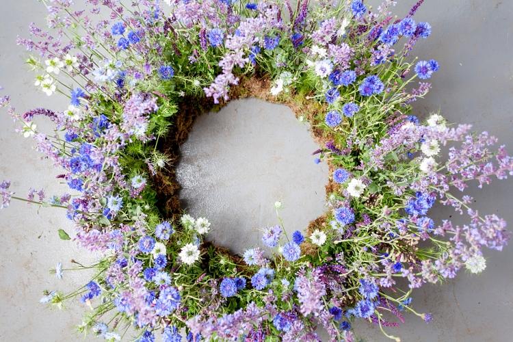 corona flores azules y moradas de Salvia, Nigella, Centaurea y Phacelia