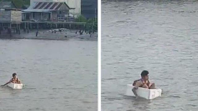 Tak Ada Jembatan, Anak Sekolah di OKI Seberangi Sungai Pakai Kotak Gabus