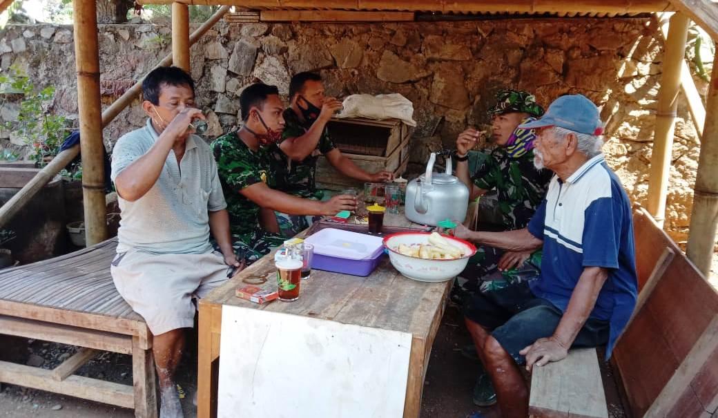 Warung Kopi Jadi Tempat Silaturahmi Satgas Tmmd 109 Dengan Warga Jatiwarno Laras Post