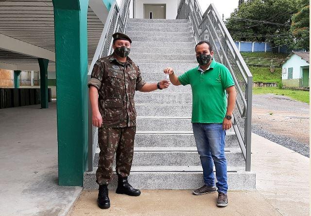O prefeito de Cajati, Sidinei Ribeiro (direita), entrega as chaves para o chefe de instrução do Tiro de Guerra, o 1º sargento Márcio Nunes.