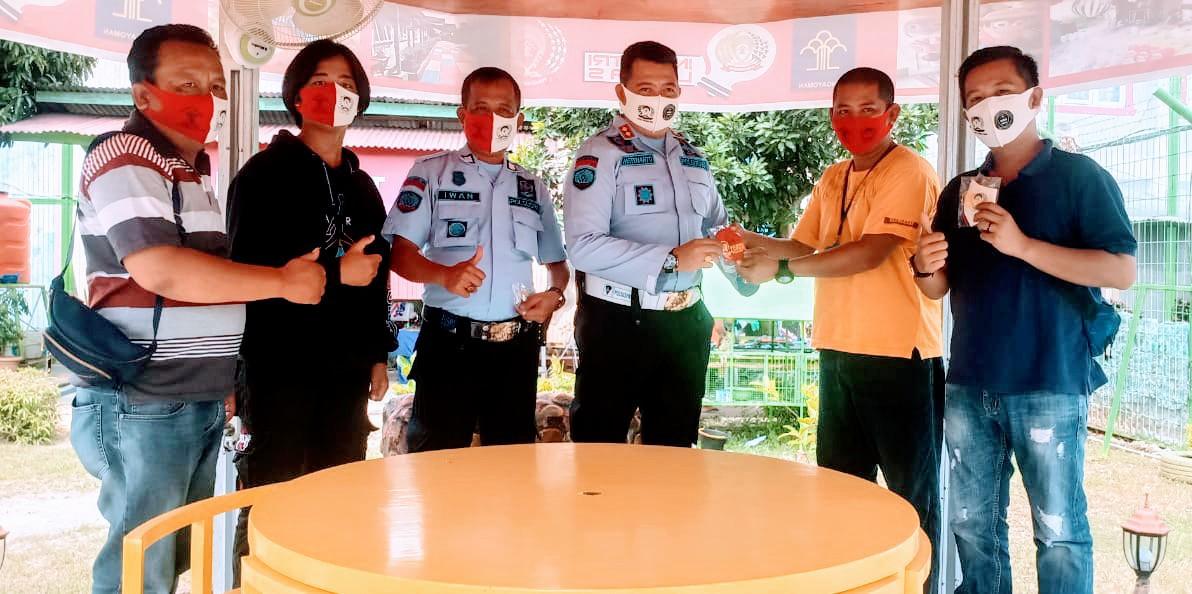 Wartawan Borong Masker Buatan Warga Binaan Kelas llB Muara Enim