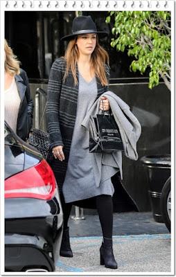ジェシカ・アルバ(Jessica Alba)は、ラグアンドボーン (Rag & Bone)のハット、(グラナ Grana)のニットワンピース、ヴァレンティノ (Valentino)のチェーンバッグを着用。