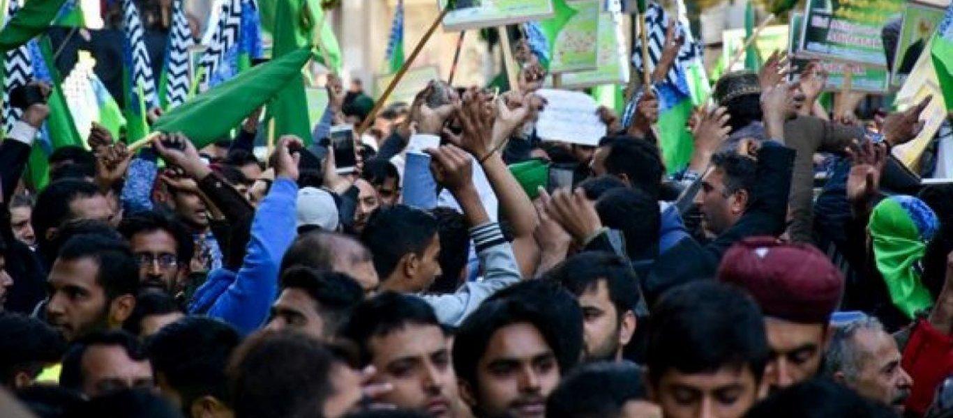 Πράξη έκαναν την πορεία οι Πακιστανοί στο κέντρο της- χριστουγεννιάτικης Αθήνας ζητώντας την τιμωρία ενός Έλληνα που έβρισε τον προφήτη τους