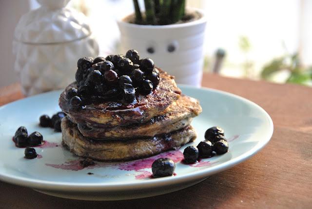 Mit etwas Ahornsirup noch leckerer: Mehlfreie Bananen Pancakes