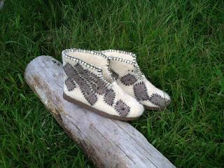 sapato feltrado com lã de ovelha, com desenho e bordado