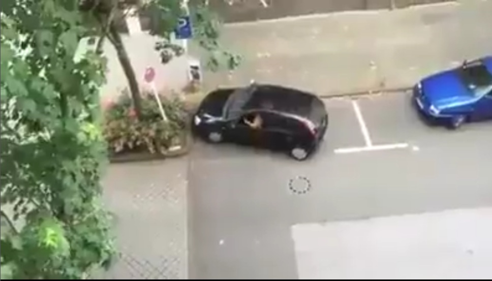 Chết cười . Đỗ xe còn ko biết đỗ thì lái kiểu gì ko biết