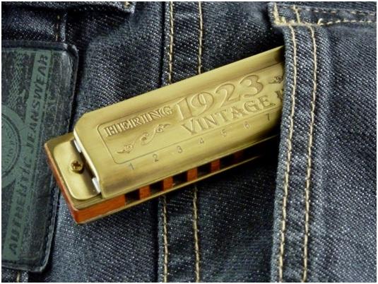 Gaita no bolso de uma calça jeans