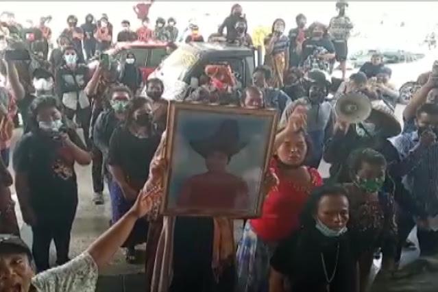 Gelar Aksi Demo, Pedagang Pasar Induk Membawah Jenajah Friska Ginting Ke Kantor DPRD Batam
