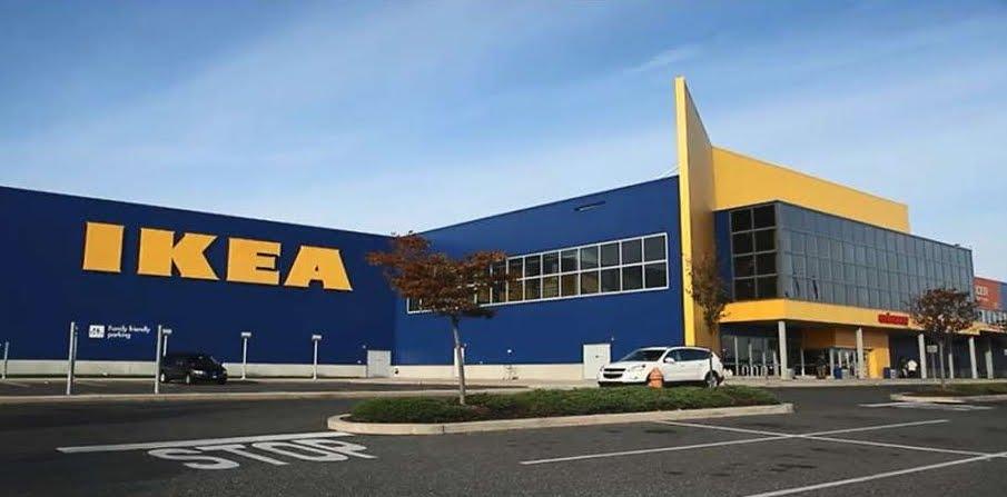 Vetrina IKEA esplode in casa: vetri in frantumi e tanto spavento