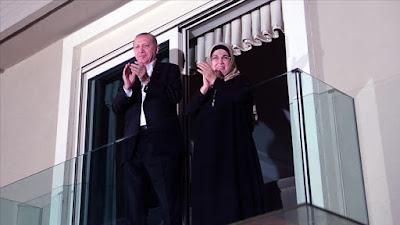 دعم الرئيس أردوغان وزوجته أمينة أردوغان العاملين في القطاع الصحي بالتصفيق