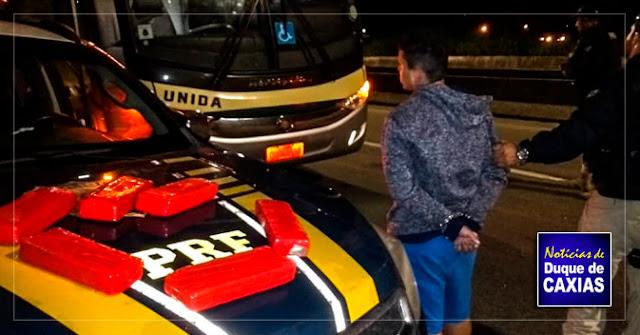 Homem é preso com quatro quilos de maconha dentro de ônibus em Duque de Caxias