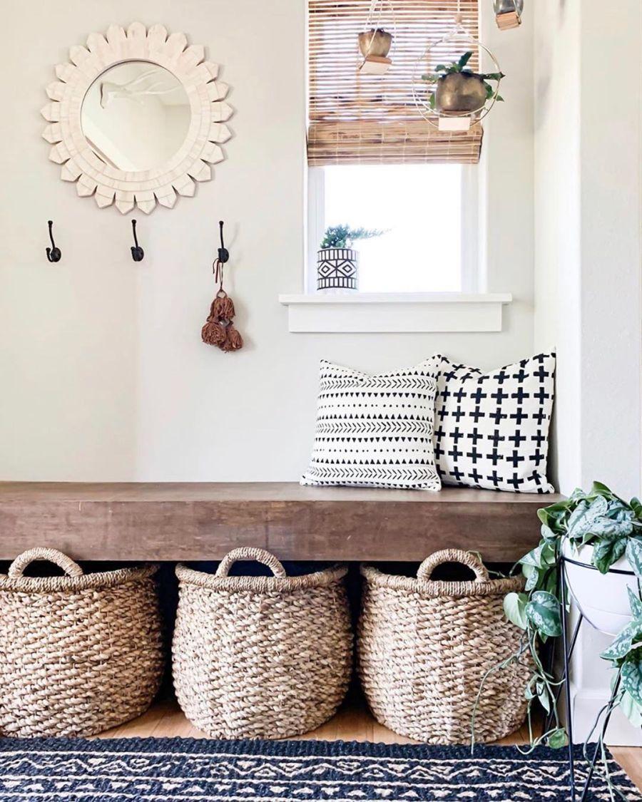 Dom wypełniony światłem, wystrój wnętrz, wnętrza, urządzanie domu, dekoracje wnętrz, aranżacja wnętrz, inspiracje wnętrz,interior design , dom i wnętrze, aranżacja mieszkania, modne wnętrza, home decor, styl klasyczny classy style, styl Hamptons, open space, otwarta przestrzeń, otwarty plan, przedpokój, holl, drewniana ławka, kosz z trawy morskiej