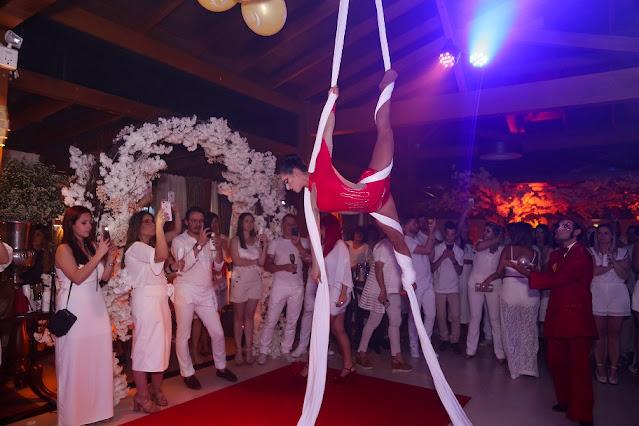 Show de circo com acrobata aerea em tecido para festa de fim de ano da empresa Truss em Santa Catarina