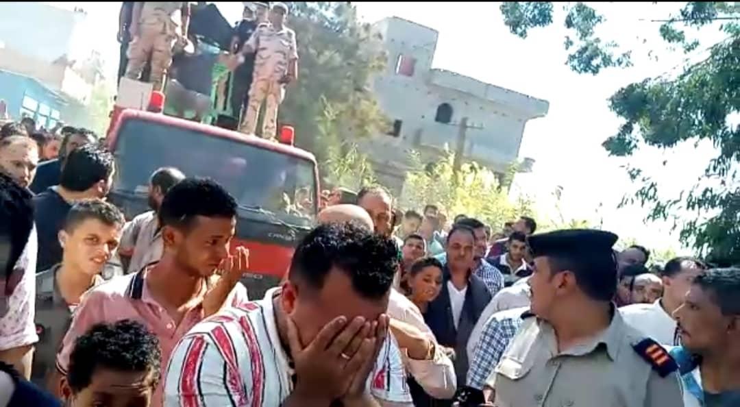 أهالي قرية خان الجني يشعيون جثمان شهيد سيناء في جنازة شعبيةوعسكرية مهيبة .