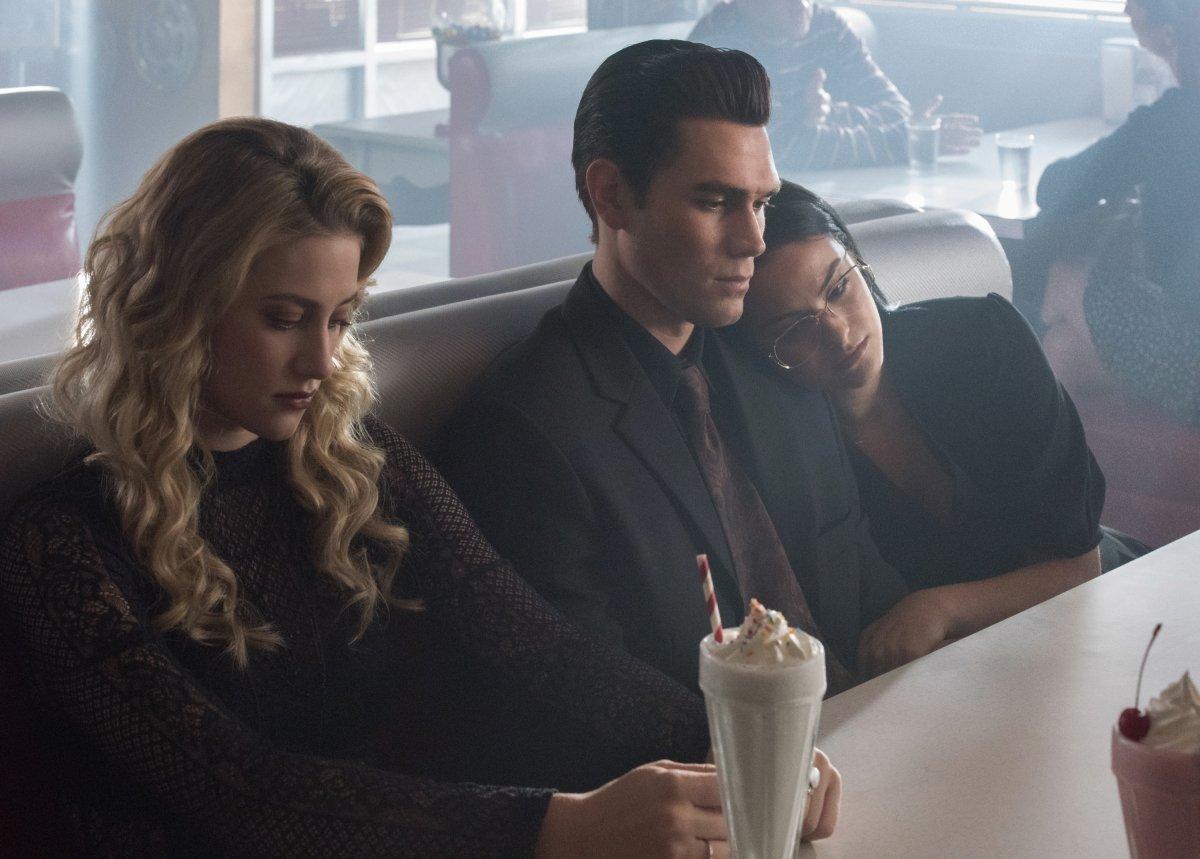 Lili Reinhart, KJ Apa y Camila Mendes en Riverdale de The CW
