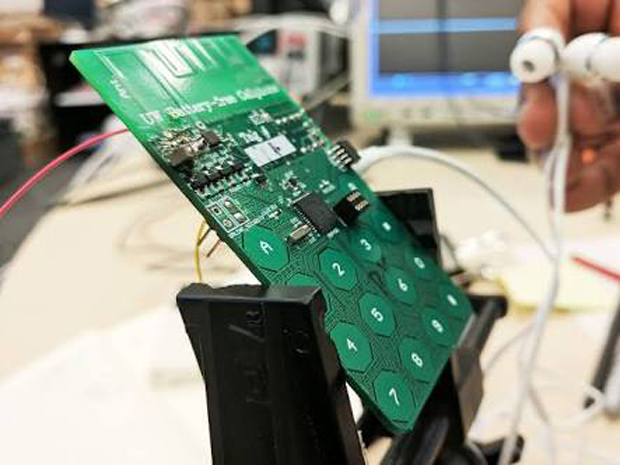 washington University Building a phone which works without a battery