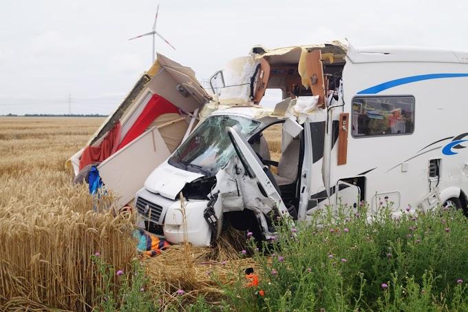 Wohnmobil und Lastwagen stoßen auf B184 zusammen