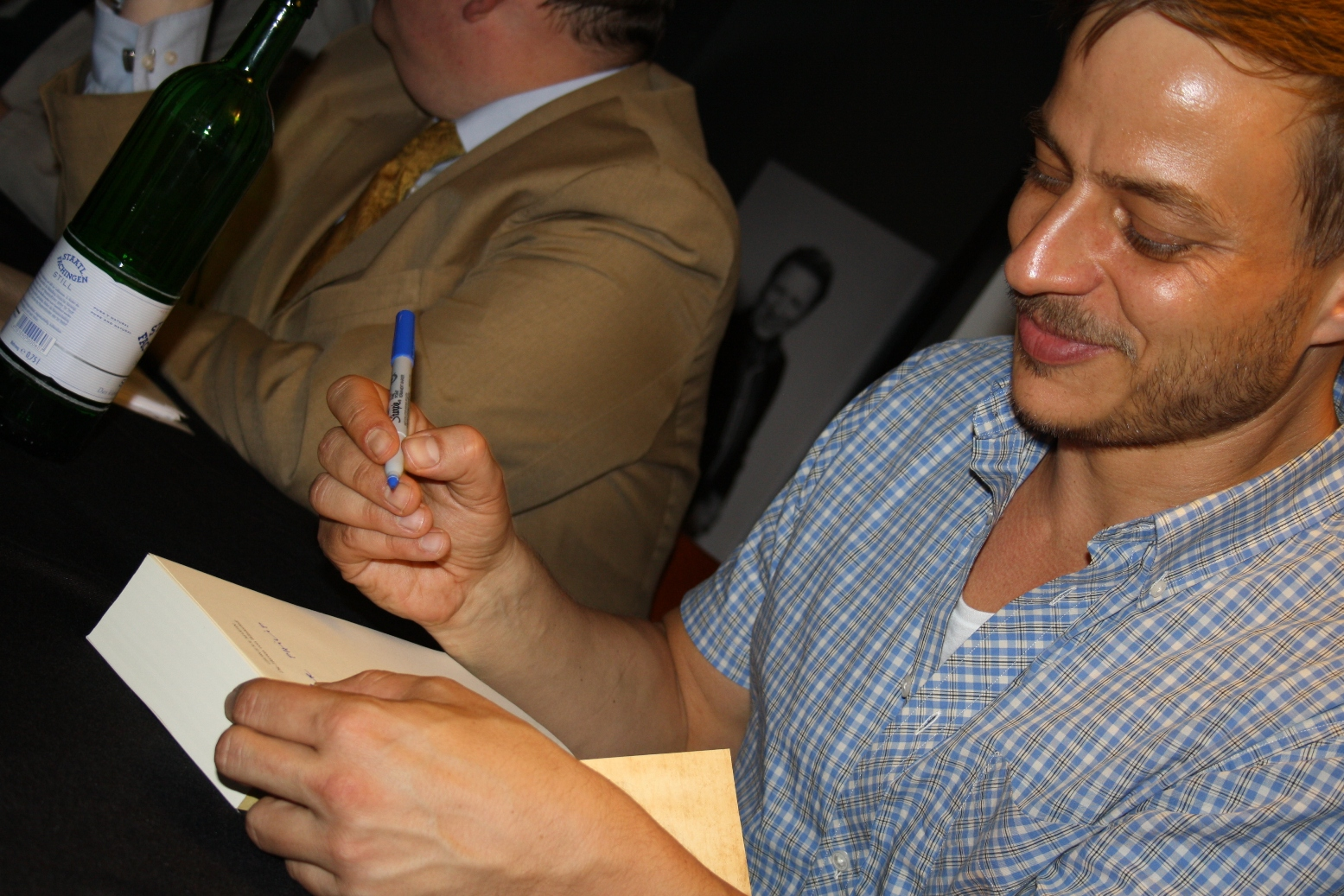 Tom Wlaschiha signiert meine Ausgabe von Das Lied von Eis und Feuer