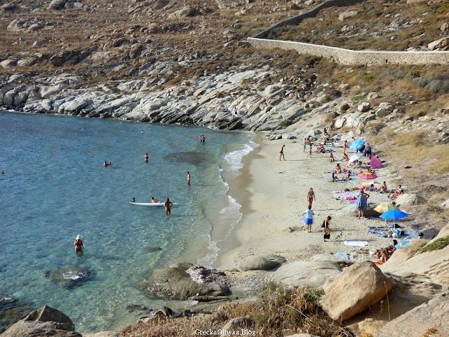 turyści na greckiej dzikiej plaży Kapari w Mykonos Grecja Cyklady