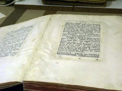 páginas de um livro sendo restaurado