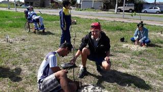 Em comemoração à chegada da Primavera, estudantes da APAE plantaram mudas de árvores no Parque Linear