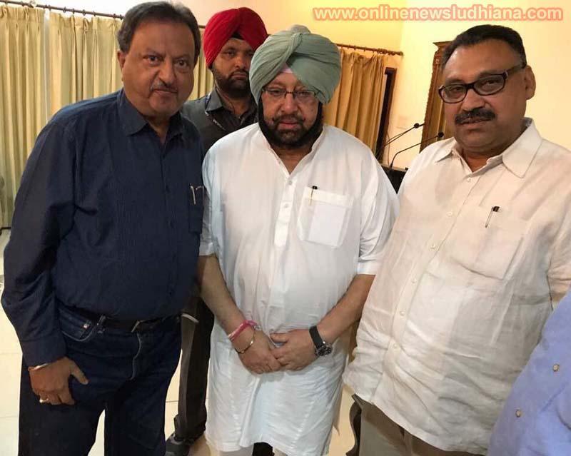 पंजाब कांग्रेस महासचिव पवन दीवान सचिव सुनील दत्त के साथ मुख्यमंत्री कैप्टन अमरेन्द्र सिंह से मिलते हुए