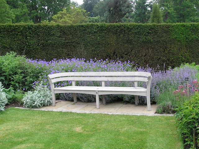 drewniana ławka ogrodowa, ogród angielski