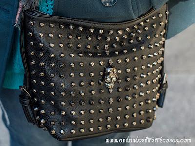 Bolso negro con tachuelas