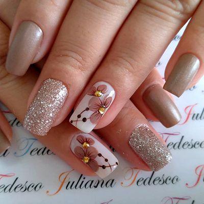 unhas com esmalte nude de glitter