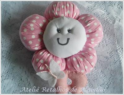 Lindo e delicado móbile para quarto de bebê com flor de fuxico e nome em feltro