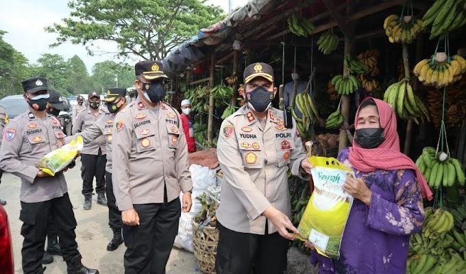 Polres Serang Salurkan Bansos PPKM Level 3 kepada Masyarakat yang Terdampak Covid-19 di Pasar Tradisional
