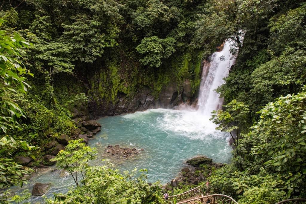 Cascada del río Celeste en el Parque Nacional Volcán Tenorio