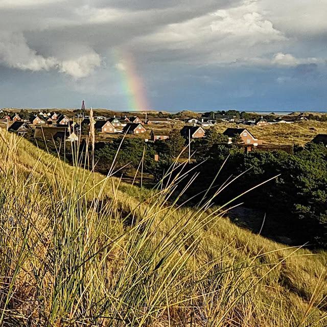 Urlaub auf Fanø mit Kindern: 12 Ausflugstipps für das wunderschöne Sønderho. Auf der größten Düne bei Sönderho, dem Mosedalsbjerg, einen Regenbogen auf Fanö zu sehen, ist ein besonderes Erlebnis und einen eigenen Ausflug wert!