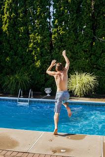 Le saut dans la piscine