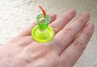 Diseño de anillo muy creativo e inusual en forma de bebida fria
