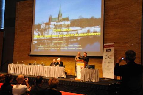 Arne Valberg receives Judd Medal from Jose Caivano