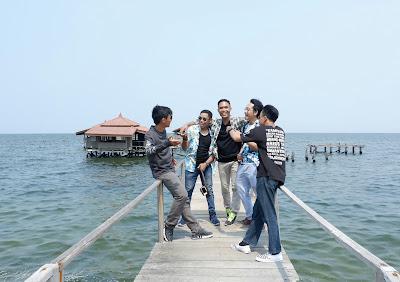 foto bersama di jembatan yang ada di Pulau Bidadari