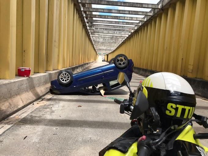 Carro capota e interdita faixa do túnel de acesso à avenida Jerônimo Câmara