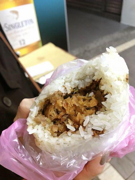 台湾おにぎりは、いろいろ具が入っていて普通に美味しい