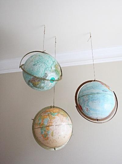 Baik dipajang di atas meja atau digantung di langit-langit kamar. Yang terpenting adalah penyesuaian warna globe dengan dinding dan furniture,