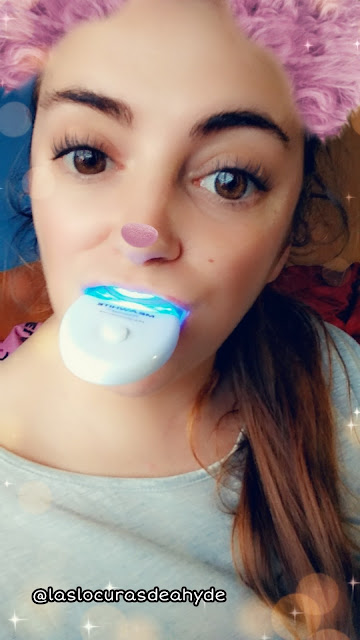 selfie usando el kit blanqueamiento dental