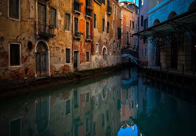 Edificio y agua reflejos