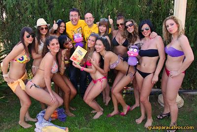 Chicas en bikini con el libro