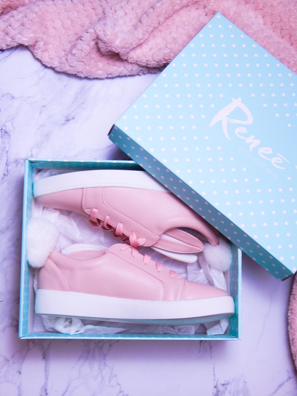20 różowe tenisówki króliki z pomponem urocze buty na wiosnę tenisówki do każdej stylizacji renee pudrowy róż partybox buty w kształcie zająca fotografia flat lay krok po kroku melodylaniella recenzja