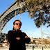 Conheça a história do homem que já viajou para 143 países de muletas