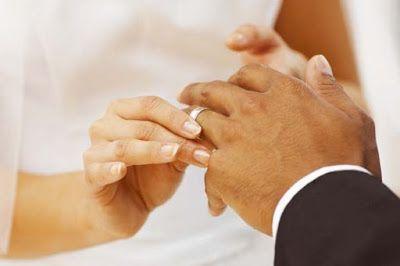 Anillo de bodas. Una mano de hombre y dos de mujer. Novia colocando alianza de matrimonio al novio