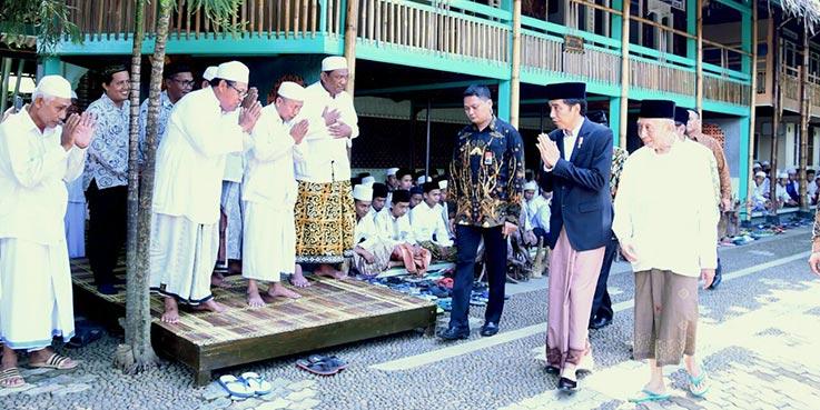 Presiden Jokowi saat berkunjung ke Pondok Pesantren At-Taufiqy, di Desa Rowokembu, Pekalongan, Jateng, Minggu (8/1/2016) pagi.