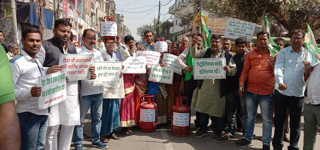 रसोई गैस के मूल्य वृद्धि के विरोध में पटना सिटी में राजद द्वारा सड़क जाम कर किया विरोध-प्रदर्शन