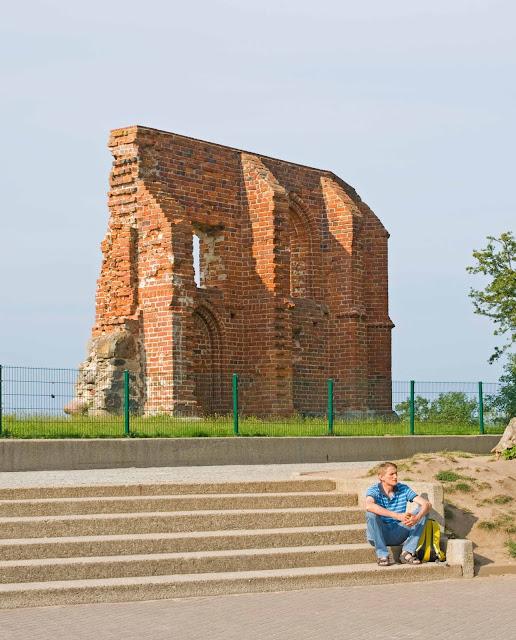 ściana południowa w Trzęsaczu, pozostałe mury kościoła
